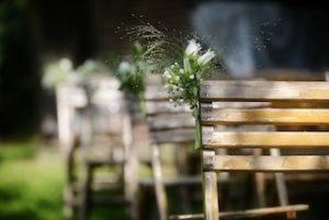 dekorierte Sitzbänke bei freier Trauung