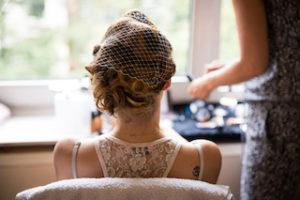 Braut vor der freien Trauung beim getting ready