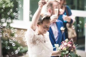 Glückliches Brautpaar direkt nach der freien Trauung